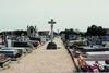 Athis-Mons, cimetière, allée centrale. Maison de Banlieue et de l'Architecture, photog. 2003 - image/jpeg